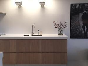 Moderne lichte keuken met eiken fronten. Een combinatie van IKEA Metod keukenkasten en fronten van HoutCuisine. Ontwerp je eigen betaalbare keuken!