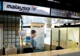19-Jul-2014 8:59 - GELUK BIJ MH370, NOODLOT BIJ MH17. Steeds meer verhalen over noodlot en gelukkig toeval rond vlucht MH17 worden bekend. Het verhaal van steward Sanjid Singh is er een van noodlot, terwijl zijn vrouw eerder nog veel geluk had. Singh ruilde zijn dienst, waardoor hij werkte op vlucht MH17. Zijn vrouw, ook werkzaam bij Malaysia Arlines, ontsnapte in maart juist aan rampvlucht MH370 door een dienst te ruilen. Sanjids zus kreeg het nieuws als eerste te horen, maar durfde het...