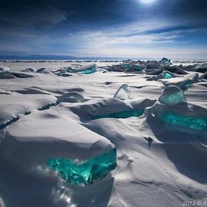 O Lago Baikal - sul da Sibéria Oriental, Rússia.    Considerado uma maravilha natural é um dos maiores e mais profundos, comportando 1/5 de toda a água doce do mundo.    No inverno o lago congela, se transformando em um espetáculo da natureza.