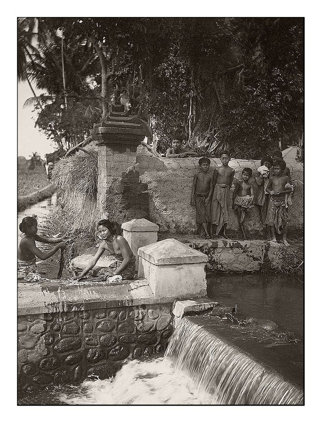 Balinese girls washing clothes in Bungkulan/North Bali, 1920