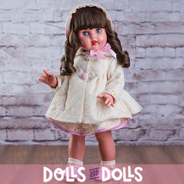 Esta vez #MariquitaPerez ha llegado a nuestra tienda vestida con una bonita gabardina beige, ideal para protegerse de este tiempo que nos acompaña. Es otra de las novedades 2016 de la marca. Sigue luciendo su simpático flequillo y sus adorables tirabuzones que acompaña con una elegante capota a juego con su vestido. Nuestra chica está muy elegante y preparada para pasárselo bien. ¿Te gustaría acompañarla? #Dolls #Colección #MuñecasDeColeccion #FabricadasEnEspaña #DollsMadeinSpain