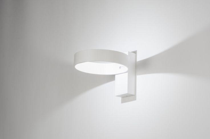 """Artikel 72139 Deze wandlamp is simpel van vormgeving en uitgevoerd in een mat witte kleur. Ondanks de simpele vormgeving is deze lamp bijzonder te noemen. De verlichting is fraai weggewerkt in de open ring. Het led lampje is dus niet te zien waardoor de lichtreflectie, zowel binnen als buiten de ring, prachtig tot zijn recht komt.  De ring is draaibaar zodat u kunt """"spelen"""" met de lichtreflectie op de wand…"""