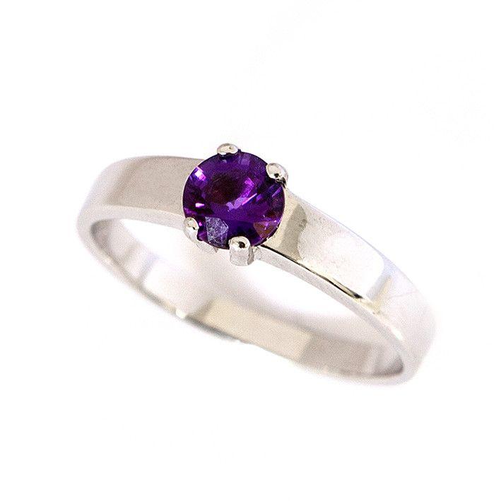 Prsten z bílého zlata s fialovým ametystem #ametyst #ametystovyprsten #prstenysametystem #fialovydrahokam #prsteny #stribrneprsteny #prstenystribro #diamanty #diamantoveprsteny #snubniprstenypraha
