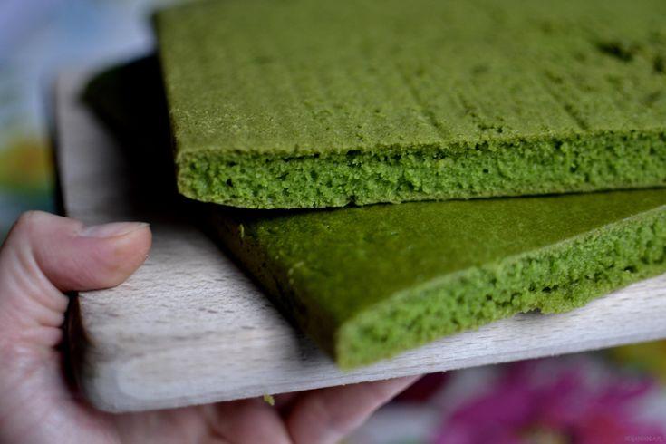 Zielony biszkopt szpinakowy. Smakuje całkiem zwyczajnie, tyle że jest zielony. Można go pokroić w kwadraty na małe zielone biszkopty albo wykorzystać go do fantazyjnego tortu. W zdrowszej wersji możecie połowę mąki zastąpić pełnoziarnistą. Wykonanie: W jednej misce łączę suche składniki: 1,5 szklanki mąki, 0,5 szklanki cukru lub ksylitolu i 1 łyżeczkę sody. Mieszam. Do blenderawlewam […]