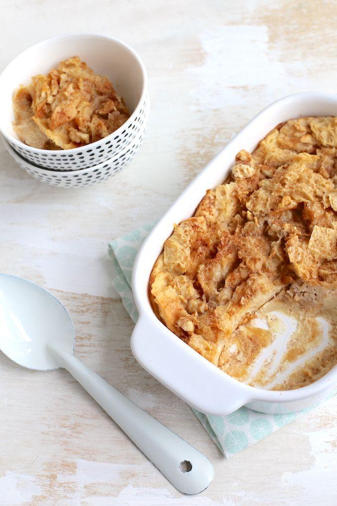 Oude croissants over en weet je niet wat je ermee moet? Gooi ze niet weg maar maak dit lekkere recept voor broodpudding van croissants!