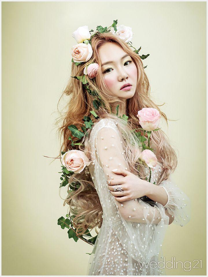 따사로운 햇살 아래, 아름다운 꽃같은 웨딩드레스를 입은 신부, 브라이드 메르시