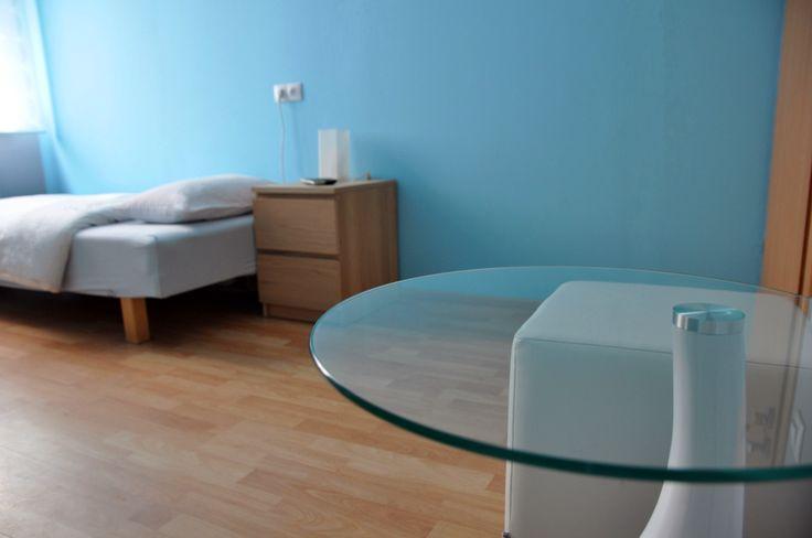 Pokój niebieski wyposazony jest w stolik z 2 miejscami do siedzenia http://www.rainbowapartments.pl/pokoj-niebieski/