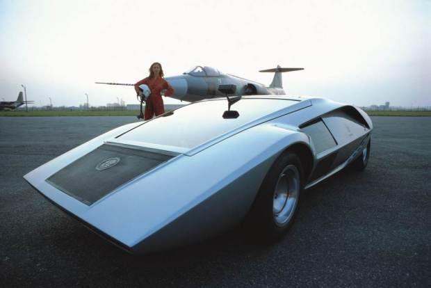 60'lar ve 70'ler moda ve tasarım tarihi bakımından dünyanın en enteresan yıllarıydı. O dönemin arabaları da döneme hakim olan akımlardan ilham alınarak tasarlanıyor ve üretiliyordu. Durum böyle olunca o yılların en ünlü otomobil üreticileri Bertone, Pininfarina ve daha birçokları radikal tasarımlarla herkesi büyülediler. 70'lerin o sivri hatlı, kompakt ama bir o kadar hızlı otomobilleri bugün tasarım denilince ilk akla gelen objeler oluyor.