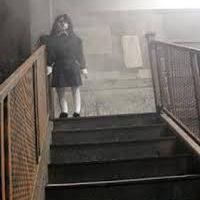 La niña de la escalera. (Leyenda urbana)