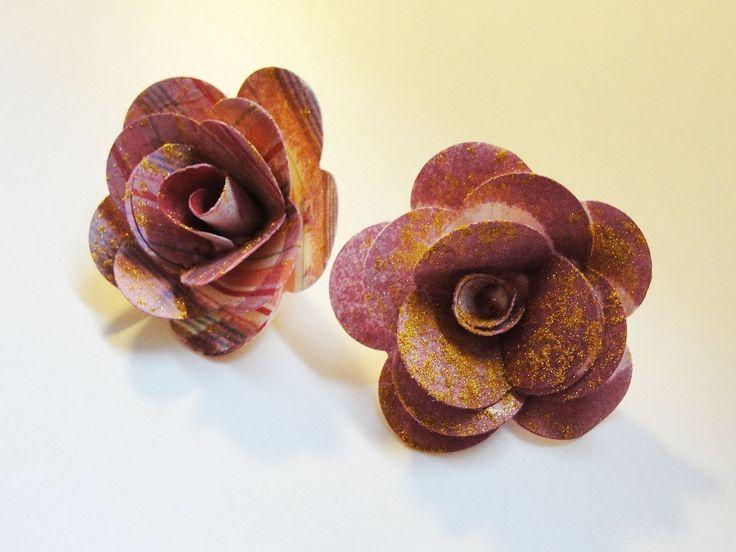 Tutorial paso a paso de flores (rosas) de papel: http://cinderellatmidnight.com/2013/03/17/como-hacer-flores-scrapbook-de-papel-paso-a-paso-tutorial-gratuito/