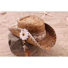 Deze exclusieve hippe (cowboy) strandhoed in Ibiza stijl is versierd met een witte bies met witte bloemen. De randen van de hoed zijn afgezet met een witte bies en aan de zijkant voorzien van een gerbra met veertjes en kralen. Van elk exemplaar is er maar één gemaakt! Leuk te combineren met onze exclusieve hippe rieten strandtas (ibiza style).