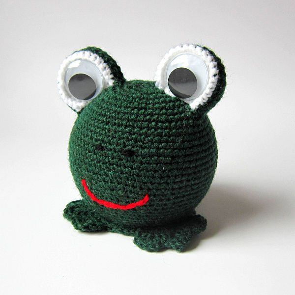 Žabička Hanička Háčkovaná žabka je zhotovena z polystyrenových koulí, akrylové příze a nalepených oči.Žába je vhodná jako dekorace nebo hračka pro děti. Vyrobím na objednávku. Výška: 13 cm Šířka: 11 cm