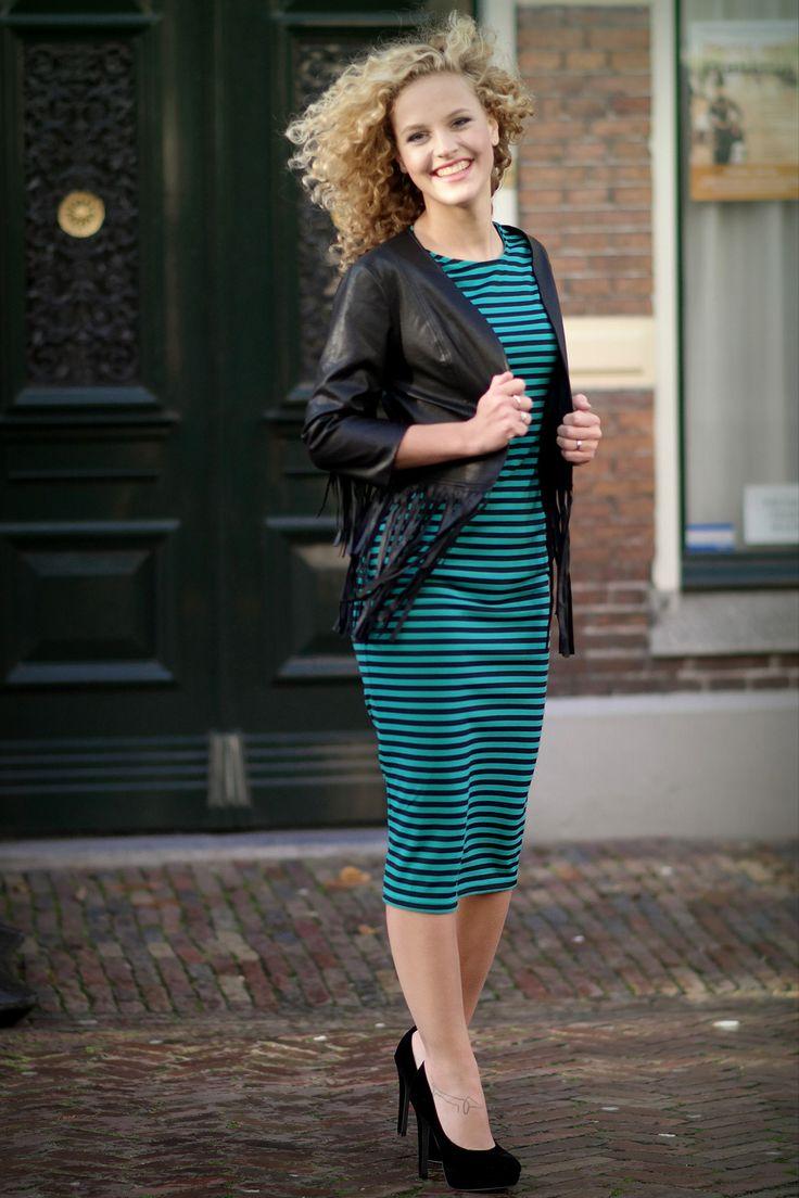 Lange gestreepte jurk met fringe jasje bij www.miss-p.nl