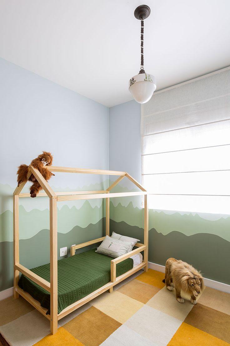 Um quarto infantil bem diferente e inusitado com tema safari. As paredes foram pintadas pela mãe e a decoração bem acessível para os babies.