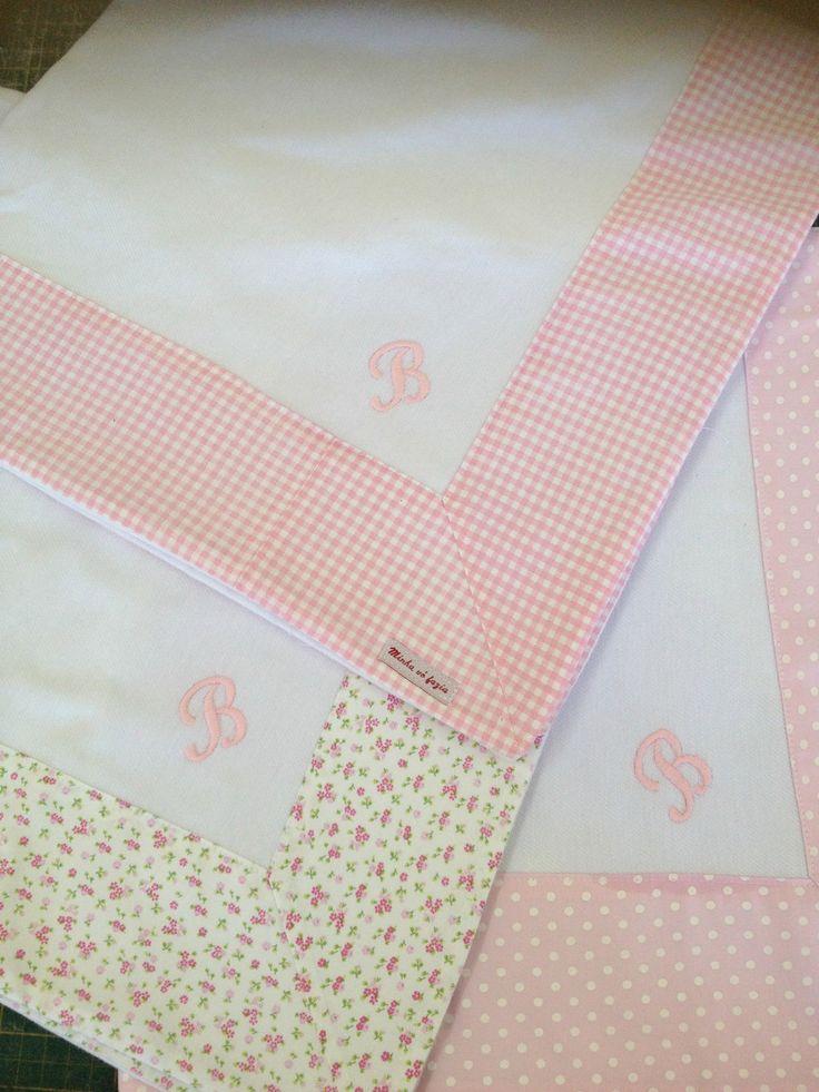 Cueiro de flanela com barrado estampado, <br> <br>Pode ser personalizado com inicial ou nome do bebê <br> <br>Mede 70 x 70 cm <br> <br>**Valor refere-se a 1 unidade**