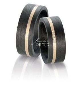 Deze bijzondere trouwringen worden vervaardigd uit 14 karaats abricot goud (AU 585/000) en carbon. Door de hoge hardheid van ditmateriaalzullen de ringen langer mooi blijven dan gouden trouwringen.