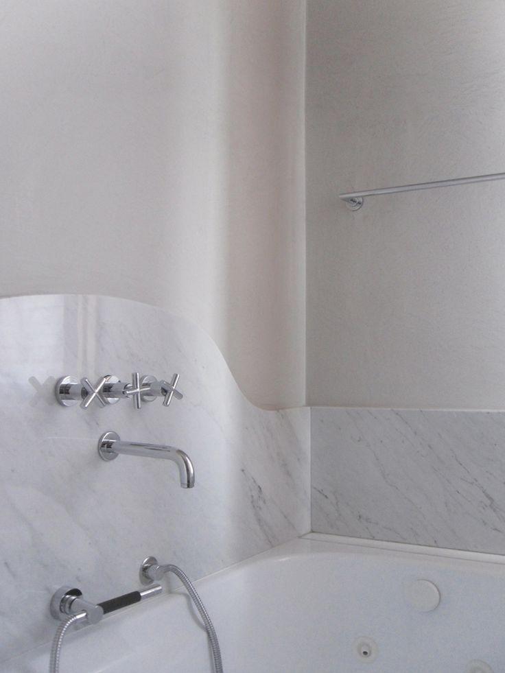 BAGNO RAZIONALISTA: intere lastre di marmo che rivestono le pareti solo nei punti essenziali, mobili e sanitari retrò e colori neutri per questo bagno d'ispirazione razionalista. Progetto www.gariselliassociati.it