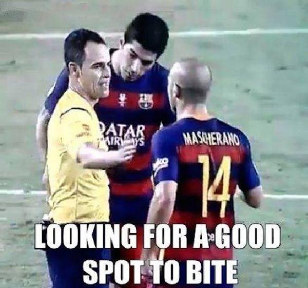 Superpuchar Hiszpanii • Luis Suarez szuka miejsca żeby ugryźć sędziego meczu FC Barcelona vs Athletic Bilbao • Wejdź i zobacz foto >> #suarez #funny #football #soccer #sports #pilkanozna