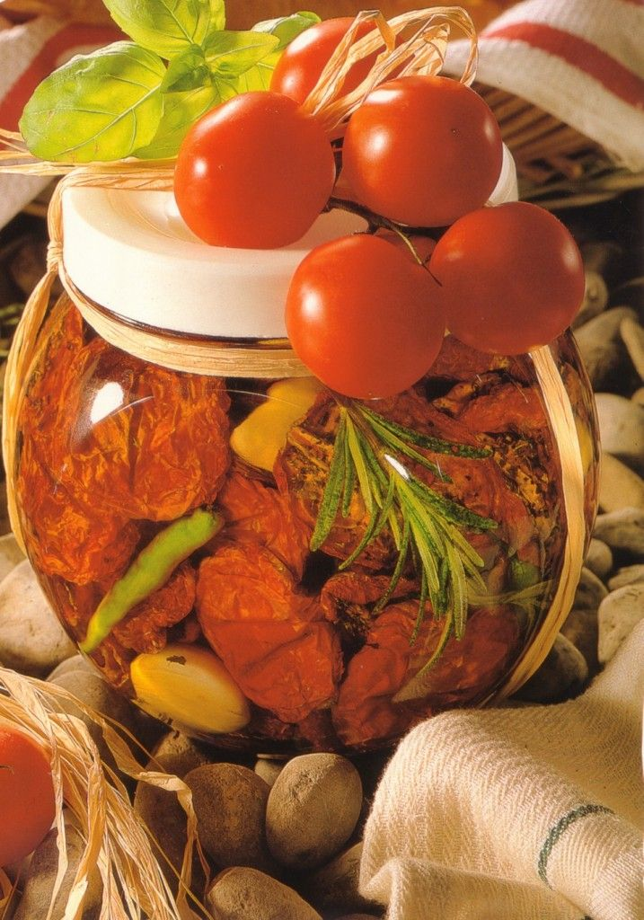 How to make dried tomatoes in oil - German recipe that you will love. Great party gift, appetizer or barbecue side dish.