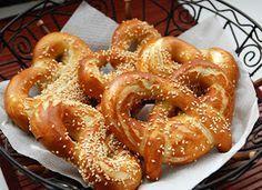 Era da tempo che volevo cimentarmi nella preparazione del pretzel, il famoso pane tedesco che a chiunque è capitato di assaggiare nelle se...