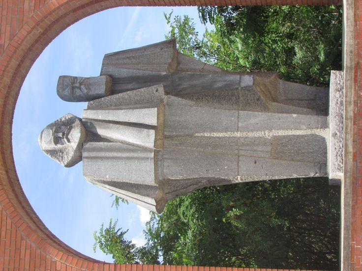 A pretty angular statue of Karl Marx and Engels