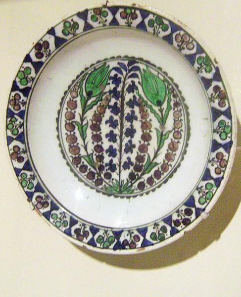 Dish with floral motifs. Turkey, Iznik. Mid 17th century. Earthenware with underglaze painting.Cincinnati Art Museum