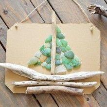 """Chez nous, la collecte du bois flotté et des petits cailloux """"verts"""" est associée au plaisir de la promenade sur la plage tous les étés. Alors avec un peu d'imagination et quelques collages, voilà un DIY Récup tout simple qui vous permettra de réaliser un joli tableau marin aux accents salins..."""