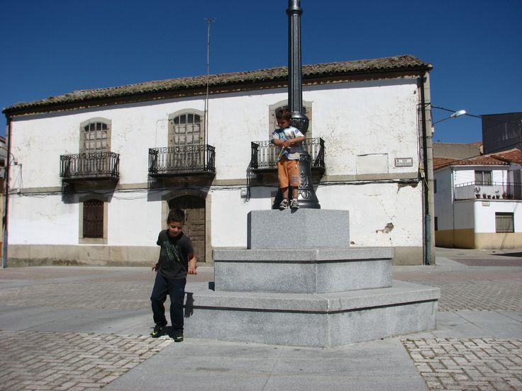 Dos simpáticas piezas en la Plaza del Doctor Bejarano, lugar de celebración de animadísimas verbenas.