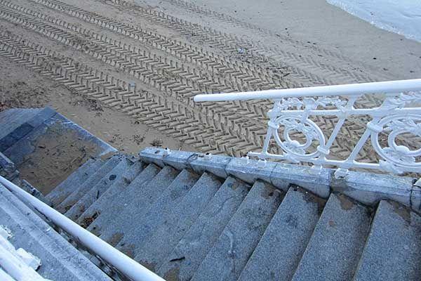 Tramo de la barandilla de la Concha roto debido al temporal que azotó la costa donostiarra en febrero de 2014. #donostia #sansebastián #olas
