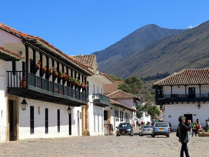 3. Arquitectura de la Plaza de Mayor con balcones y casas en techos de teja: