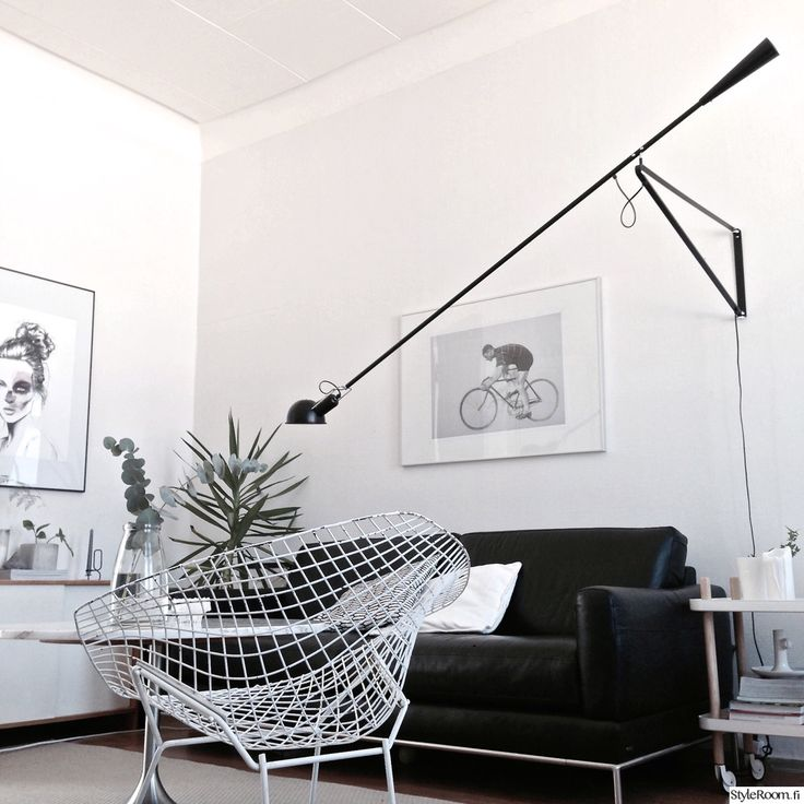 olohuone,sohva,nojatuoli,viherkasvi,lattiavalaisin,taide,musta-valkoinen koti,design,designvalaisin