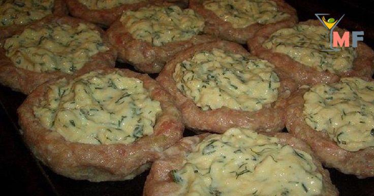 Приготовление 1. Смешайте свиной и куриный фарш, добавьте измельченный лук. 2.Хлеб замочите в 100 мл молока, затем отожмите и добавьте в фарш. 3.Влейте в фарш остальное молоко, посолите и поперчите. 4.Сформируйте из фарша сначала шарики размером с яблоко, а затем гнезда, выложите их на смазанный маслом противень. 5.Сыр натрите на терке, смешайте со сметаной, яйцами...