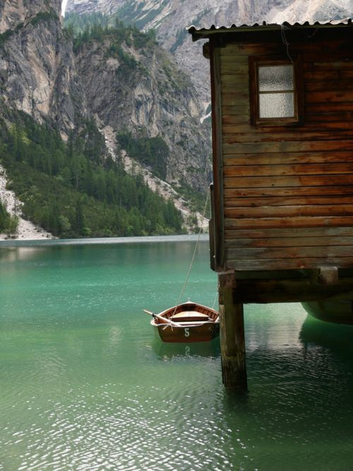 on a lake.Water, Old Boats, Lakes House, Mountain, Favorite Places, Vacations Spots, Dreams House, Cabin Fever, Logs Cabin