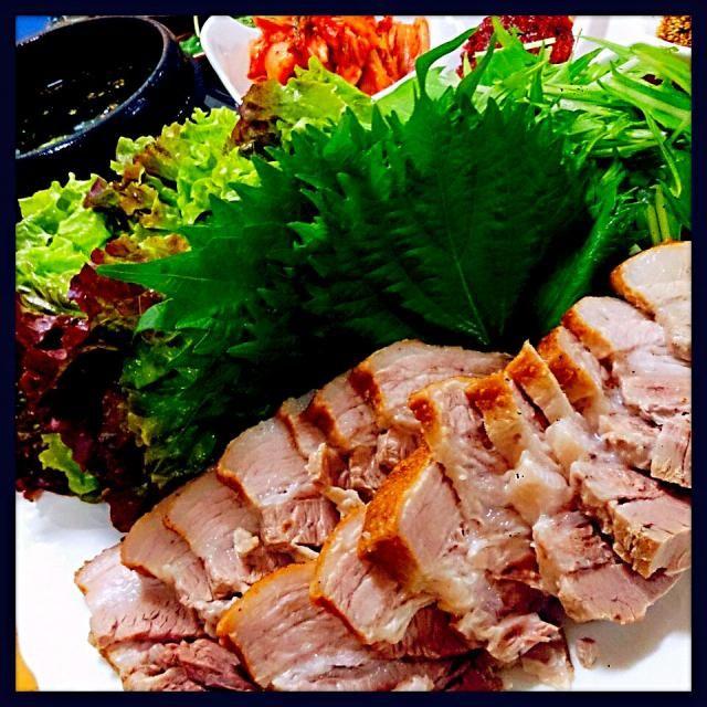 ポッサムとは茹でた豚肉をキムチをメインにサンチュなどの野菜で包んで食べる韓国の料理です( ´ ▽ ` )ノ 子どもたちも大好きです! 今回は豚バラを一度フライパンで焼いてから茹でてみました。 包んで味噌を付けるのも美味しいです!ご飯も包んじゃいます!笑 今回の味噌は韓国で買って来たサムジャンです。 家庭で作るなら味噌、酢、砂糖、胡麻油、おろしニンニク、すりごま、辛くするならコチジャン もプラスして。って感じかな~ サンチュに豚肉、キムチ、味噌で巻き巻きで美味しくご馳走でした~(*^^)v - 252件のもぐもぐ - ポッサム★韓国風茹で豚 by teru22