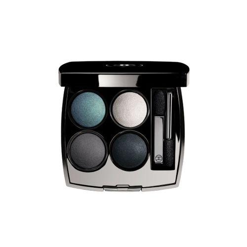 Fake it: Για να διορθώσετε τα μάτια που μοιάζουν κουρασμένα και να δημιουργήσετε ένα άμεσο εφέ ανόρθωσης δεν χρειάζεστε χειρουργείο, μόνο μια καλή παλέτα σκιών όπως αυτές του οίκου Chanel 44,70€ (notosgalleries, τηλ. 210 3245811). Χρησιμοποιήστε την ανοιχτόχρωμη σκιά κατά μήκος των βλεφαρίδων και στη συνέχεια τονίστε με τις πιο σκούρες την καμπύλη του ματιού. Το ανοιχτό χρώμα τραβά την προσοχή στο κάτω μέρος ενώ το σκούρο δημιουργεί ιδανικές σκιές.