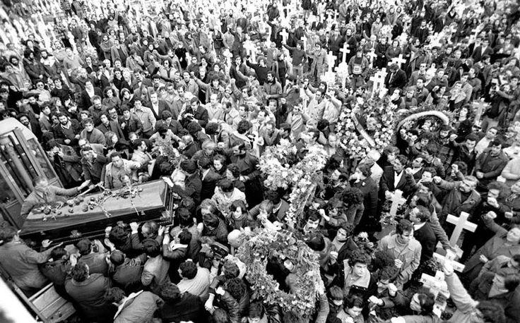 ENTIERRO DE LOS ABOGADOS LABORISTAS DE CCOO ASESINADOS EN UN DESPACHO DE LA CALLE ATOCHA EL 24 DE ENERO DE 1977 (TODAVÍA NO SE HABÍA LEGALIZADO AL PCE)