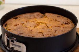 Заварной кукурузный пирог с яблоками