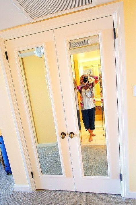 Ajoutez des miroirs encadrés bon marché aux portes de placard. | 40 idées bricolage pour pimper votre appart