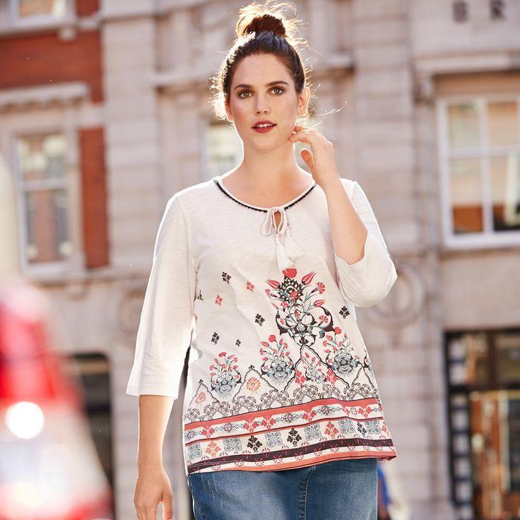 Shirt aus geflammtem Jersey mit dekorativem Ethnodruck vorne. Rundhalsausschnitt mit Zierband und Quaste. Art. 70914821 #ethno #plussize #style #shirt