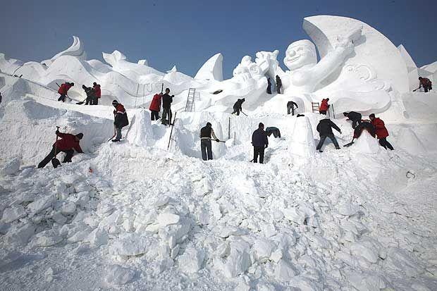 Sculture di ghiaccio - Artisti cinesi al lavoro per realizzare una delle opere dello Snow Festival