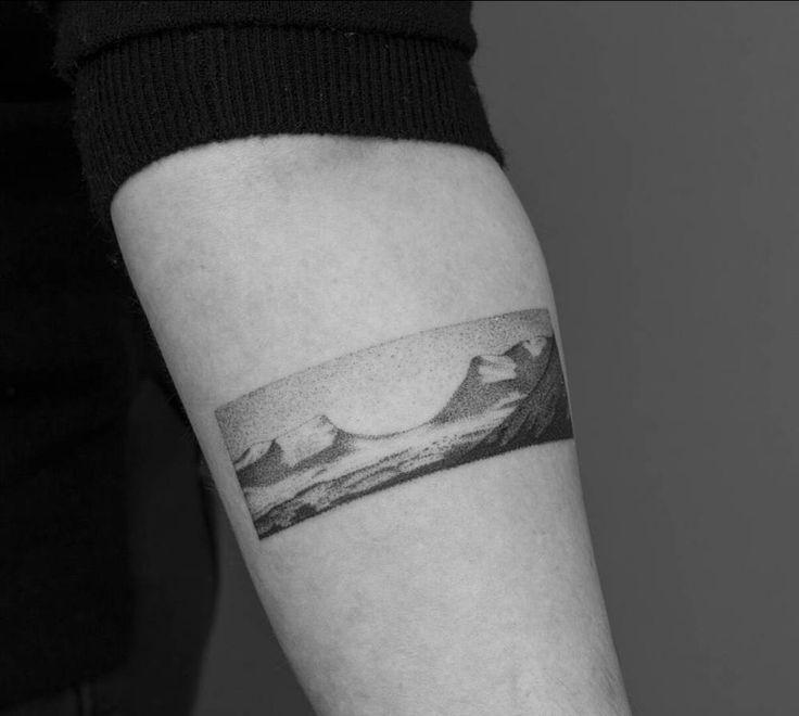 Tatuaje punto a punto de un paisaje de Lapporten, Suecia.