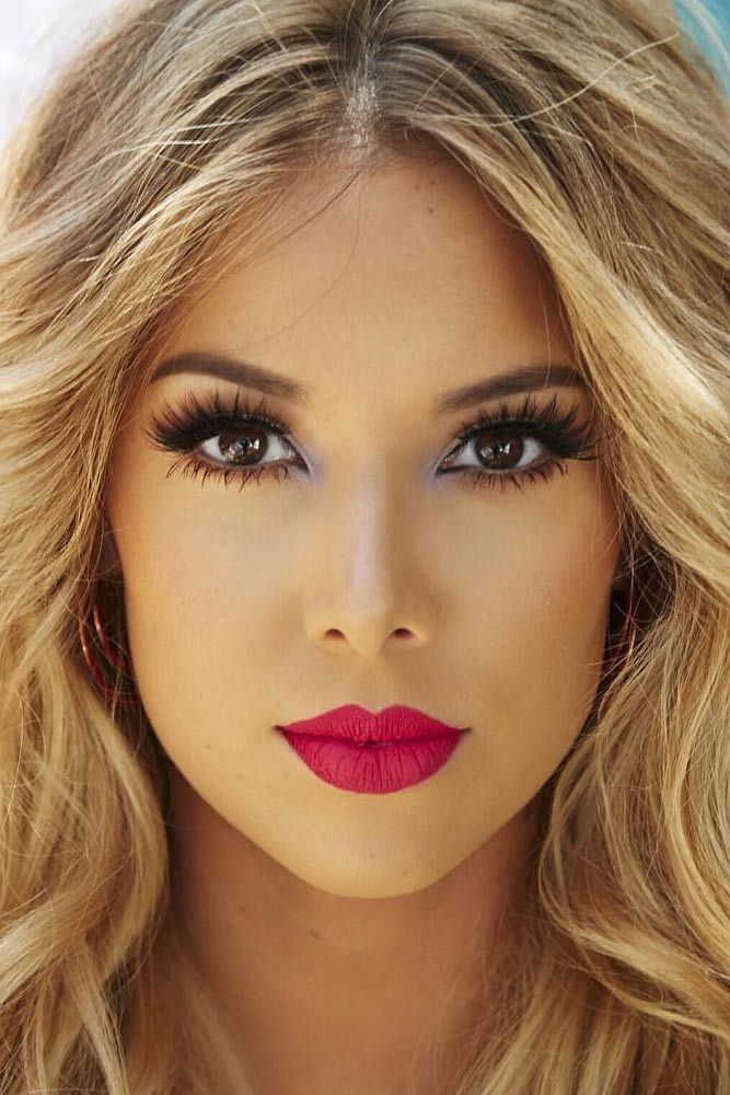 Here are some gorgeous prom makeup looks that you will positively love! Prom night is really soon, so start thinking through your image!