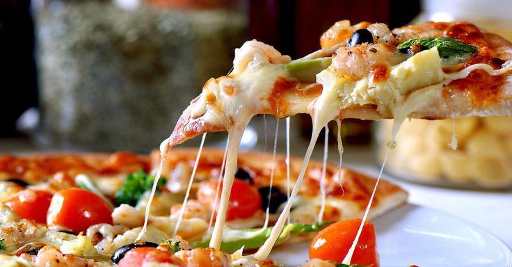 """Das Geheimnis des perfekten Pizzabodens? Kommt ganz darauf an, ob Sie Ihre Pizza lieber """"amerikanisch"""" oder """"italienisch"""" essen. Denn Profis wissen: Für dick und fluffig gelten andere Regeln als für knusprig und dünn. FOCUS Online verrät zwei Basic-Rezepte für Pizzateig, die auch ohne Kocherfahrung gelingen."""