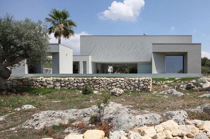 """Дизайн-проект виллы в Италии с просторной планировкой. В 2015 году в городе Сиракуза компанией """"Fabrizio Foti Architetto"""" был представлен архитектурный дизайн-проект, представляющий собой просторную резиденцию с гаражом и небольшим садом. http://capital-design.org/Design-proekt_villy_v_Italii_s_prostornoj_planirovkoj.html #ДизайнПроект #Вилла #Сиракуза #Италии #FabrizioFotiArchitetto #Резиденция #Архитектурныйпроект #АрхитектурноеПроектирование #ПроектВиллы #CapitalDesign"""
