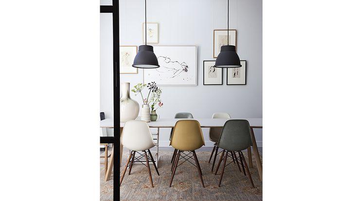 Zwarte Muuto hanglampen boven de eettafel. Ontwerp woonhuis, BNLA architecten Amsterdam.