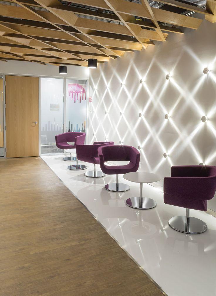 CISCO, interior design. white wall, rhombus wall, rhombus ceiling, purple chair... | Diseño de interior, muro blanco, muro de rombos e iluminación. Plafón de rombos. Silla color purpura