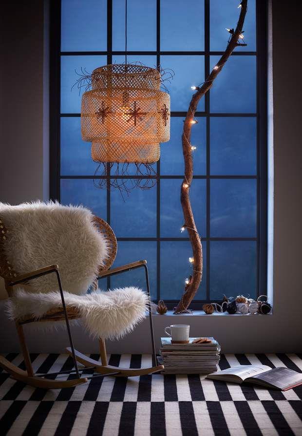 Déco de fenêtre comme à la montagneUne guirlande lumineuse très simple s'est enroulée autour d'une grande branche posée contre la fenêtre. La suspension en osier se pare d'étoiles rebrodées dans un rafia sombre. Le rocking chair couvert d'une fourrure propose un moment de lecture cocooning. On adore !