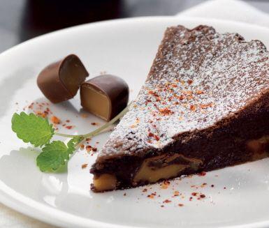 """Grymt god kladdkaka som kryddas med chili och fylls med härligt sega dumlekolor. Choklad, chili och kola är en riktigt lyckosam kombination. Och gillar du lakrits är det ett hett tips att byta ut de vanliga dumlekolorna mot dumle med lakritssmak.<br><a href=""""http://www.ica.se/recept/kladdkaka/""""> Här hittar du fler härliga kladdkakerecept </a>."""