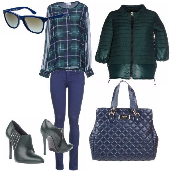 Di gran moda quest'anno le camicie a quadri un po' maschili, in questo look la rivisitiamo in versione più femminile ed elegante, blusa a quadri in chiffon, nell'inusuale abbinamento di verde e blu, tutti gli altri capi seguono i colori madre dell'outfit.