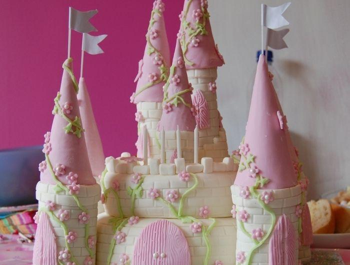 gâteau-chateau-anniversaire-fille-tour-castel-en-rose-fleurs-flags